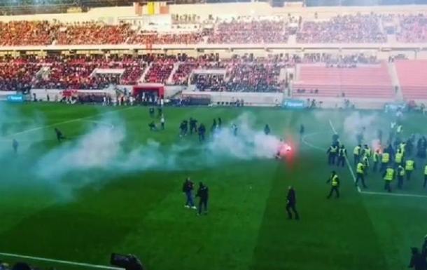 Фанаты массовой дракой сорвали матч в Словакии