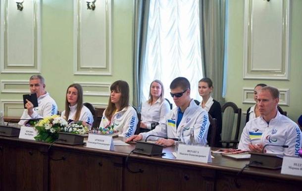 В Харькове чиновники подарили незрячим спортсменам книги и билеты в зоопарк