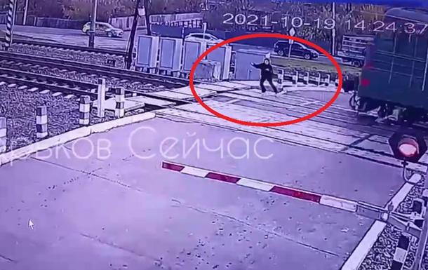 Была в наушниках: под Харьковом поезд сбил девушку