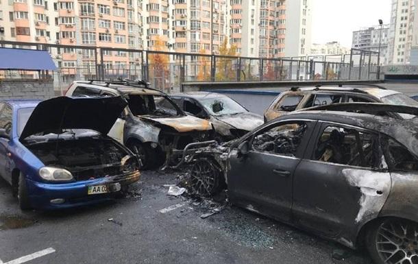 В Киеве во дворе дома сгорели пять автомобилей