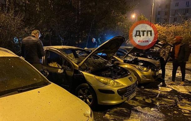 В Киеве ночью сгорели четыре автомобиля
