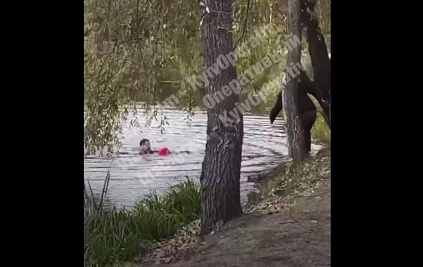 В Киеве мужчина спас упавшую в воду девочку