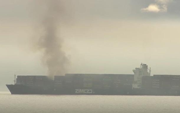 На границе Канады и США горит грузовой корабль