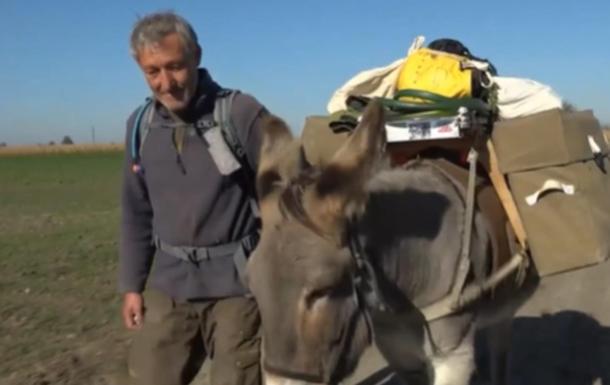 Немец бросил все и отправился в путешествие по миру с ослом