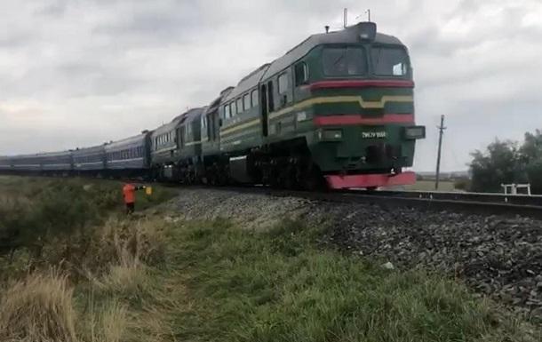 Из-за схода вагонов задерживаются десятки поездов
